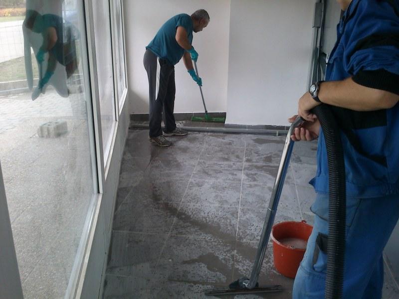 Upratovanie a čistenie podláh a okien po stavbe